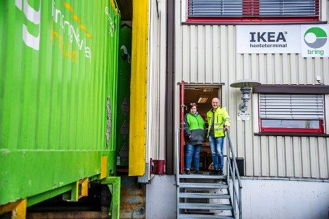 NYE TIDER: Det ser kanskje ikke ut som noe tradisjonelt varehus, men terminalen på Rolvsøy leverer alt du finner i IKEA-katalogen. Fra venstre: Gunn Tove Jensen og Tom Lundblad.