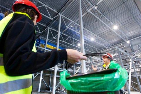 Matavfall i grønne poser: Innbyggerne vil kunne levere matavfall i grønne poser. Matrestene skal bli til biogass hos Frevar. Bildet er tatt ved Romerike-kommunenes anlegg på Skedsmokorset. (Arkivfoto: Østlandets Blad)