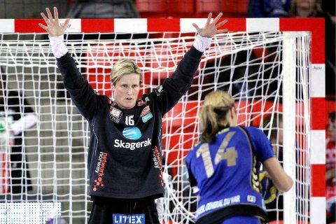 JUBEL: Den tidligere toppkeeperen Lene Rantala hadde suksess i sin første kamp som hovedtrener for Larvik. Foto: Trond Reidar Teigen