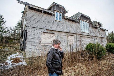 Kniple gård-eier Alf Ulven har nå søkt om å få rive huset. Her på eiendommen i vinter i fjor.