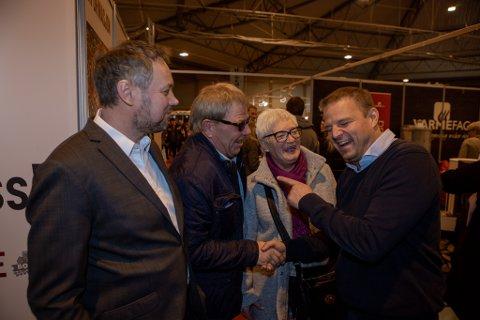 SLO AV EN PRAT: Øystein og Wenche Larsen (i midten) måtte slå av en prat med sinnasnekker'n Otto Robsahm. Til venstre står messesjef Kjetil Jakobsen.