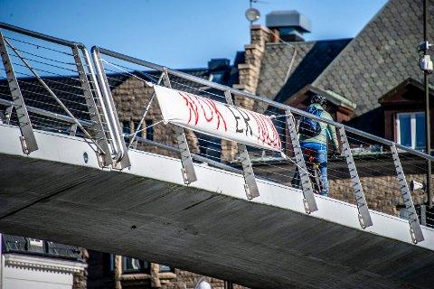 «Nok er nok» på gangbrua: Dette banneret ble hengt opp natt til mandag. (Foto: Geir A. Carlsson)