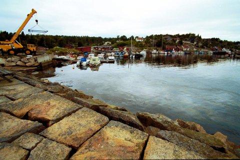 VIL OVERTA: Det er moloen i forgrunnen på bildet som Fredrikstad-politikerne nå skal vurdere om kommunen skal overta. Prisen er satt til 180.000 kroner.