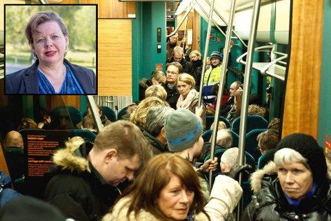 Stappfulle tog er hverdagsmat for pendlerne på Østfoldbanen. Nå ber Siv Henriette Jacobsen samferdselsministeren om å ta grep.