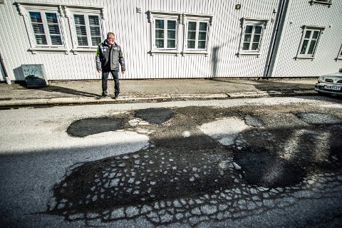 FRUSTRERT: Øivind Kristiansen er en av flere beboere i Holmegata som er frustret over tilstanden på gata. Nå vil han at kommunen tar affære, og at trafikken i gata kontrolleres bedre.