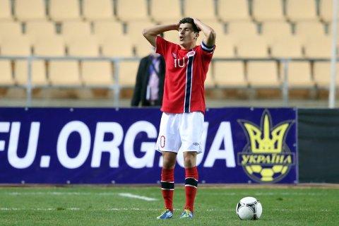 Missen: Med kapteinsbindet rundt armen bommet Tarik Elyounoussi på straffespark mot Ukraina i Sevilla. Lørdag kveld er det duket for EM-kvalifiseringskamp mot selveste Spania.