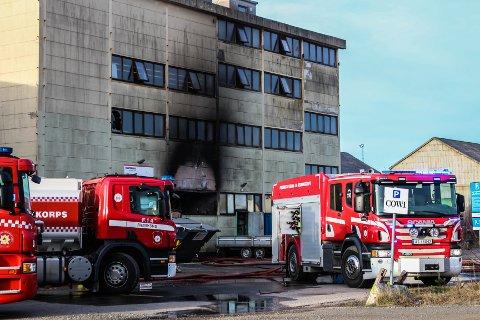 Da nødetatene kom til stedet sto flammene ut av vinduene på lagerbygningen.