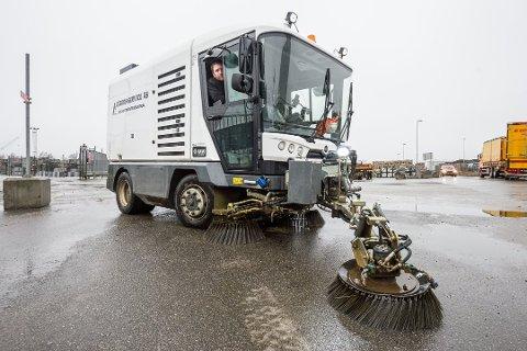 I bybildet: Maskinene til Gaards-Service AS er godt synlige i gater, på parkeringsplasser og torv når de rydder, strør, feier og brøyter. Dette bildet er fra Borg Havn i fjor, da Inge Skaug feide opp vinterens siste etterlatenskaper.