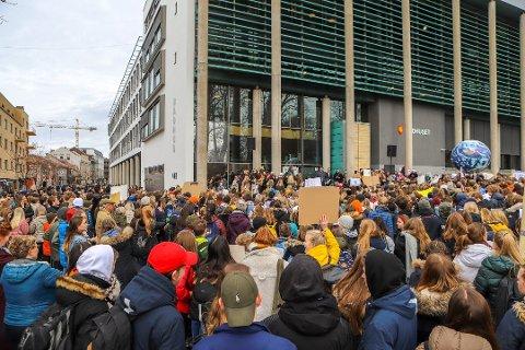 Engasjerte: Rundt 1.000 unge stilte til klimastreik foran rådhuset i Fredrikstad forrige uke.