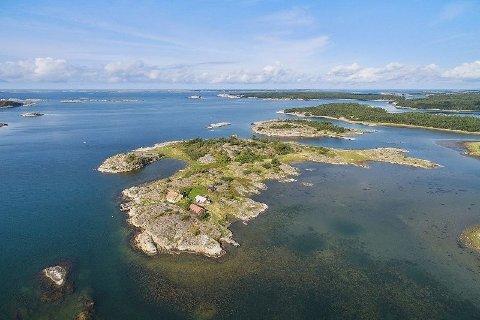 Rundt ti kilometer sør for Strømstad, ligger det nå også en øy ute for salg. Prisen for eiendommen, som bærer navnet Rundö Kollen 1, er ca. 19 millioner kroner.