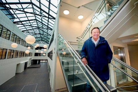 Det nye praktbygget til Terje Høili har kostet 85 millioner kroner før moms. Det er en snittpris på mellom 11.000 og 12.000 kroner per kvadratmeter, noe Høili mener er verdt det for å beholde 150 arbeidsplasser i Fredrikstad.