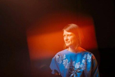 Skotskfødte Sarah-Jane Summers er en frittenkende, lidenskapelig og svært allsidig musiker. Hun er en bærer av feletradisjonen fra Det skotske høylande.