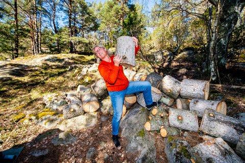 Sommeraktivitet: - Eiolf har kappet ned trærne, nå er det jeg som skal kappe kubbene opp til ved, sier Berit Røed.