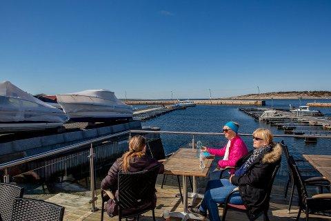 Påsken byr på solskinn av beste sort, men pass på så du ikke blir solbrent. Her nytes sola i marinaen på Brattestø på Hvaler.