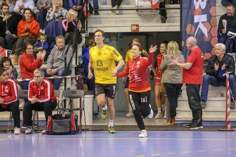 """MED VIDERE: Jenny Sandgren har tegnet ny kontrakt. Her fra oppgjøret mot Larvik, hvor hun hadde FFK-keeper Håvar G. Jensen som """"innløpsjente"""" ved sin side."""