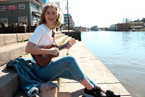 Celine Johannessen (16) lærte seg å spille ukulele gjennom videoer på Youtube.