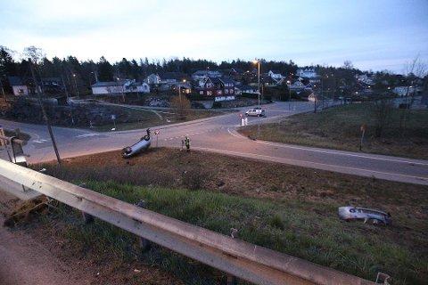Krimteknikere og ulykkesgruppa til Statens vegvesen jobbet fortsatt på ulykkesstedet klokken 05.30 søndag morgen. Bildet er tatt fra Innfartsveien. Foto: Trine Urstad