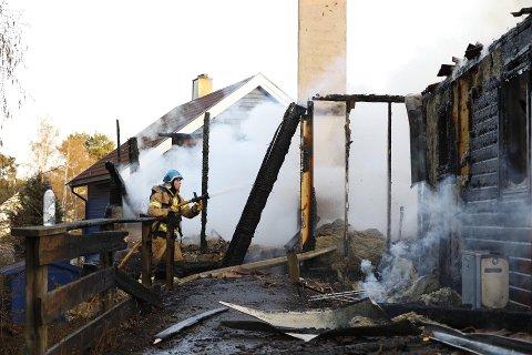 Totalskadd: Deler av boligen ble raskt overtent og totalskadd i brannen mandag kveld.