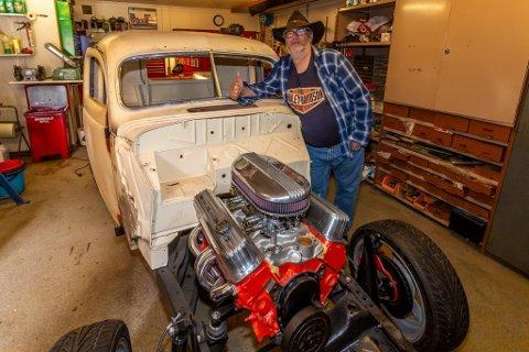 Rune Wesley Hansen (58) fra Torp forteller at han har hatt all verdens tid til å bygge bilen det siste året. Han har eget verksted vegg i vegg med huset.