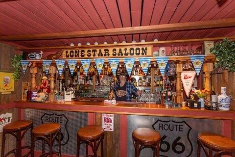 Saloon som stue: Baren er snekret av Rune Wesley Hansen og preger saloonen som er husets hjerte.