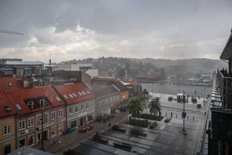Vått: I helgen blir det innevær - eller utevær med regntøy.