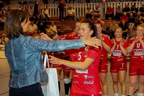 OVER: Celina Pedersen fikk overrakt bestemannspremien av FBK-leder Monique Blystad etter kvartfinaletapet mot Tertnes fredag kveld.