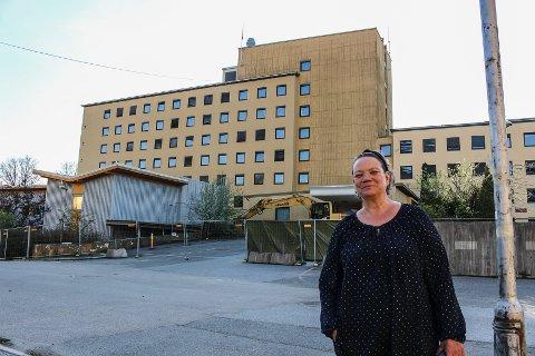 BER KOMMUNEN INVOLVERE SEG: Camilla Eidsvold og SV foreslår at kommunen skal kjøpe seg inn i nye boligprosjekter for å bidra til at unge skal få muligheten til å bo i nye boliger. Hun peker på utbyggingen på den gamle sykehustomta som et aktuelt prosjekt.