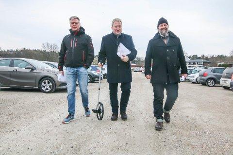 Befaring: Onsdag var Live Nations (Christian Schøyen (til venstre) og Stefan Jansen (til høyre) hos Rune Olsen (med målehjul) på Værste for å se på den store parkeringsplassen. De likte det de så.