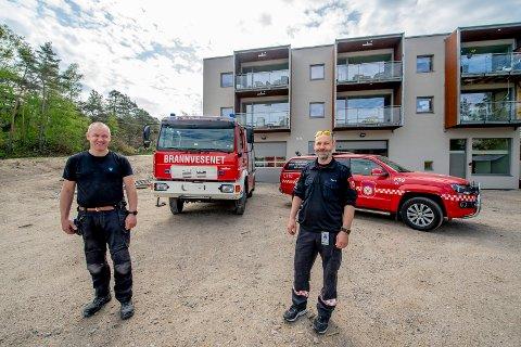 Robert Holt og Harald Mogen har begge deltidsjobb som utrykningsledere i Hvaler brannvesen. Nå er de nye lokalene ferdige.