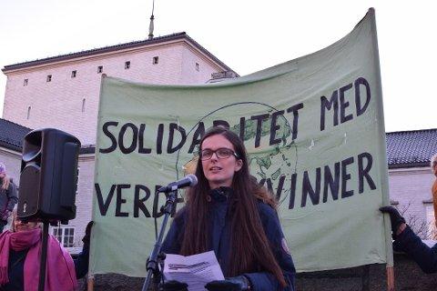ØNSKER FORBUD: Maria Imrik, her fotografert under markeringen av kvinnedagen, er skuffet over Østfold-delegatene som snudde i atomvåpen-saken.