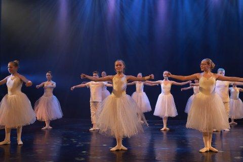 BLÅ GROTTE: Dansenummeret «Seasons», koreografert av Sonya Marie Dahle skapte stor begeistring i salen under premièren tirsdag kveld.
