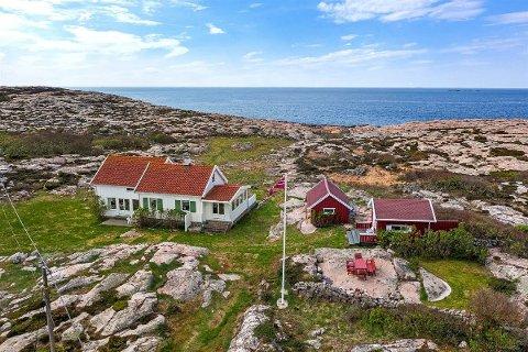 Denne eiendommen med adresse Moloveien er til salgs. Stedet ligger i praksis helt ytterst på Asmaløy ved Vikerhavn. Prislapp: 14,5 millioner kroner.