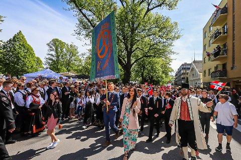 BRA OPPMØTE: Jubilanten Haugeåsen ungdomsskole stilte med en stor delegasjon i årets barnetog.