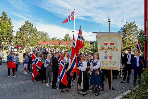 TIDLIG UTE: Allerede rett etter klokken 08, var elevene ved Rød skole, Onsøy, på plass i skolegården. Derfra gikk flaggtoget til Gressvik kirke.