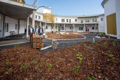Hageområde: Politikere og kommuneledelse var på befaring i den nye fløyen på Østsiden sykehjem onsdag. I september flytter pasientene inn.