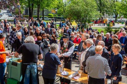 Det var folksomt i Kirkeparken under gjestebudet. En bunadskledd barne- og familieminister Kjell Ingolf Rolstad får servert suppe midt i bildet.