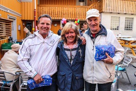 PÅ FEST: Robin Saunders (f.v), Sissel Slydal og Arild Pettersen storkoste seg på årets vårfest på Varmestua. Og alle var heldige vinnere da loddtrekningen var over.