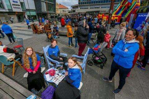 BLÅTT: Små og store koste seg i sola på årets Blåmarked på Stortorvet. Målet til arrangøren Blå Kors var å farge torvet blått, og rette fokus mot sitt arbeid.