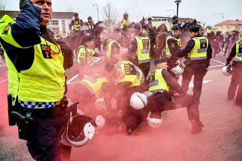 Kaotisk: De to Fredrikstad-mennene skal ha vært på vei til  demonstrasjon i Kungälv (bildet) da de ble stoppet og pågrepet av politiet. Nå har de fått innreiseforbud i Sverige.