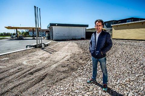 SATSER PÅ BILVASK: Bashkim Qela skal bygge nytt bilvaskeanlegg på Lundheim. Nå investerer han fem millioner kroner i en ny vaskehall med to plasser.