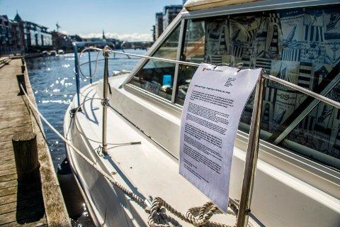 VARSEL OM «UTKASTELSE»: Dette skrivet med beskjed om å fjerne seg, har flere båteiere funnet på båten sin de siste dagene. Eieren av båten som er avbildet her, opplyser for øvrig at han faktisk har avtale om at båten skal få ligge der for en kortere periode og at lappen dermed er hengt opp på feil grunnlag.