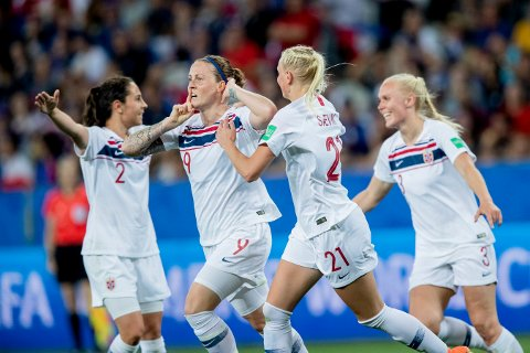 TVANG FREM SELVMÅL: Isabell Herlovsen jubler sammen med Ingrid Moe Wold, Karina Sævik og Maria Thorisdottir etter 1-1 selvmålet på Allianz Riviera.
