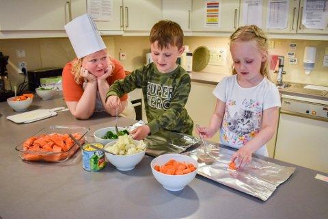 Ny meny: Pedagogisk leder Augusta Kristinsdottir, Gideon Lindberg, Evelyn Holm Syversen og de andre i Torsnes barnehage gir sitt bidrag til et bedre miljø ved å spise mindre kjøtt og mer fisk og grønt.
