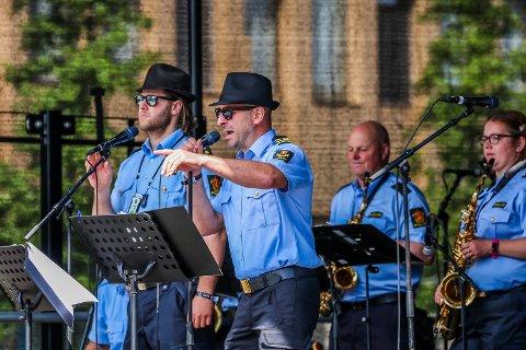 Til filmen: Vokalistene Pål Øyvind Nordengen (til venstre) og Jan Tore Hladik i East Police var soulmen da de dro gjennom Blues Brothers-låta.