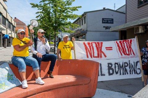 KLARTEKST: Ingen skulle være i tvil om hva Kirsti Nelvik (fra venstre), Jan Ove Sikveland og de andre demonstrantene hadde på hjertet da de gikk gjennom sentrum lørdag.