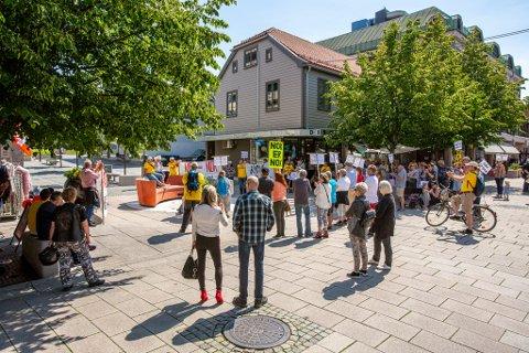 LUTTER ØRE: I overkant av 50 personer gikk i toget da de startet fra rådhuset. Ved appellen midt i gågata sluttet flere seg til gjengen for å høre hva de hadde å si.