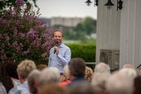 PÅ HJEMMEBANE: Erik-André Hvidsten storkoste seg under konserten hjemme på Hvidsten Gård lørdag kveld.