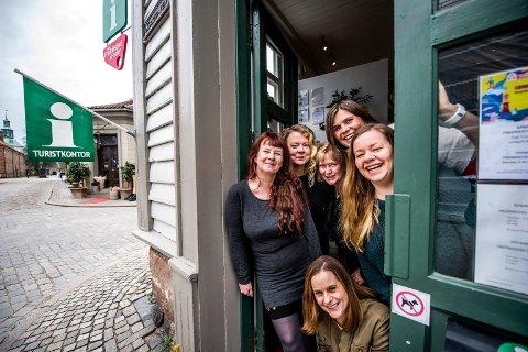 – DET ER GRENSER: – Det er grenser for hvor mye vi kan trylle, sier daglig leder Maya Nielsen (til venstre) i Visit Fredrikstad & Hvaler, som sammen med selskapets styreleder har sendt varselbrev til kommunen. På bildet er Nielsen sammen med mesteparten av staben i  selskapet.