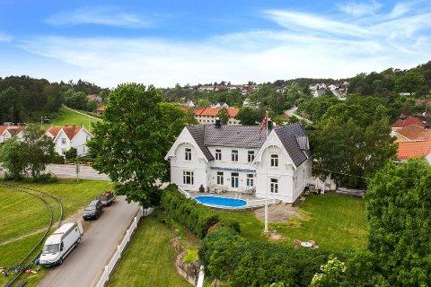 Den gamle prestegården på Kråkerøy ligger nå ute for salg. Med eet svømmebasseng og et historisk preg innvendig, tror megleren at mange vil fatte interesse for boligen.