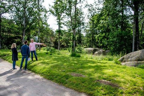 Jørn Hokholt forklarer her Hvaler kommunes representanter om sin oppfatning. Kommunen står fast på at gressplenen må vekk.
